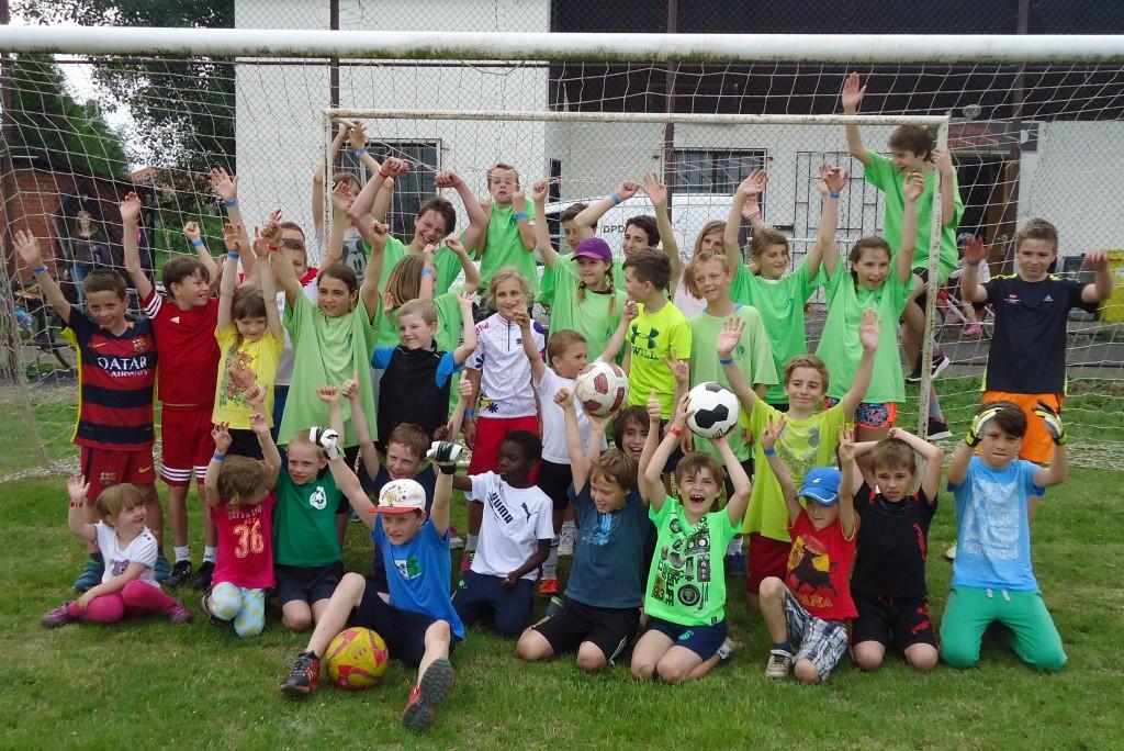Nástup nejlepších malých fotbalistů Vodních staveb a Lajdáčku po nerozhodném utkání